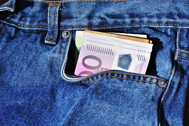 bankovky v džínech