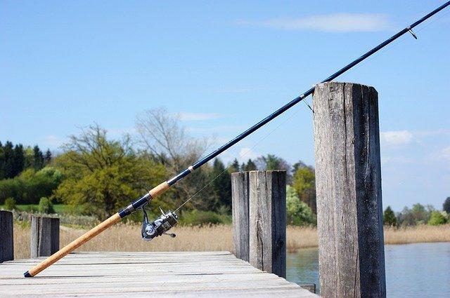 rybářský prut na molu.jpg