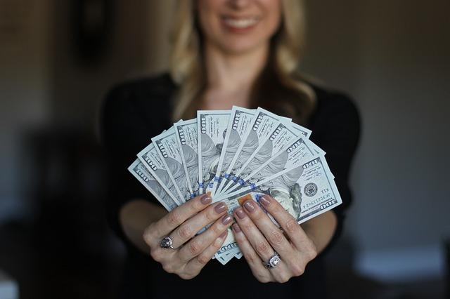 blondýna s vějířem bankovek